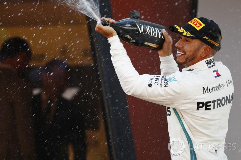 Il vincitore Lewis Hamilton, Mercedes AMG F1, spruzza lo champagne sul podio