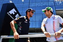 Daniel Ricciardo, Red Bull Racing y Sergio Pérez, Sahara Force India en el desfile de pilotos