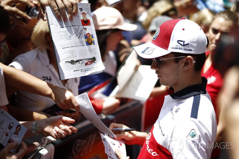 Charles Leclerc, Sauber signe des autographes