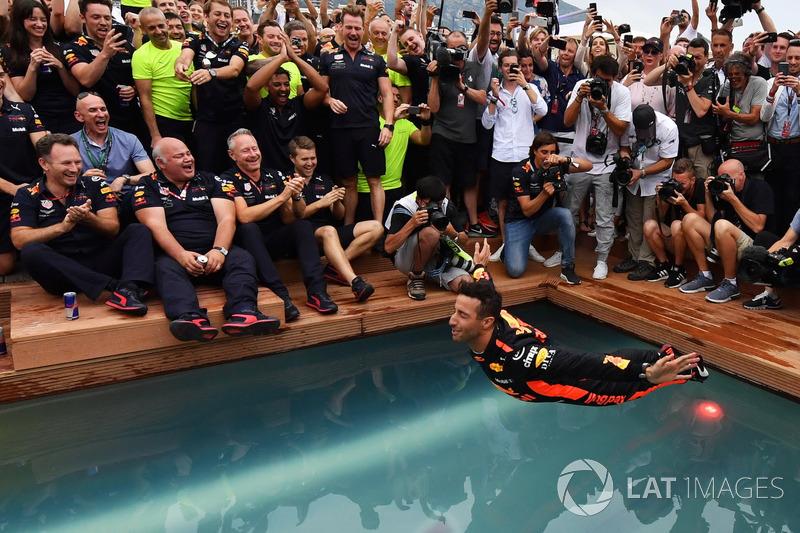 El ganador de la carrera Daniel Ricciardo, Red Bull Racing celebra con el equipo en la piscina Red Bull Energy Station