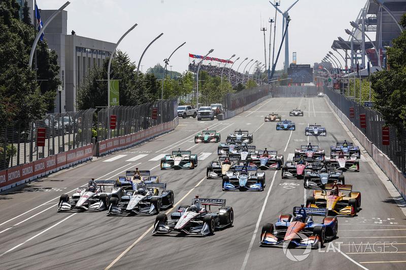 Josef Newgarden, Team Penske Chevrolet, Scott Dixon, Chip Ganassi Racing Honda lead at the start