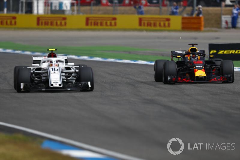 Daniel Ricciardo, Red Bull Racing RB14, passe Charles Leclerc, Sauber C37