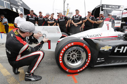 Josef Newgarden, Team Penske Chevrolet fête sa pole position