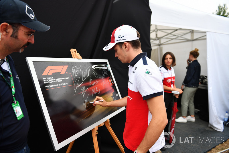 Charles Leclerc, Sauber signs an image