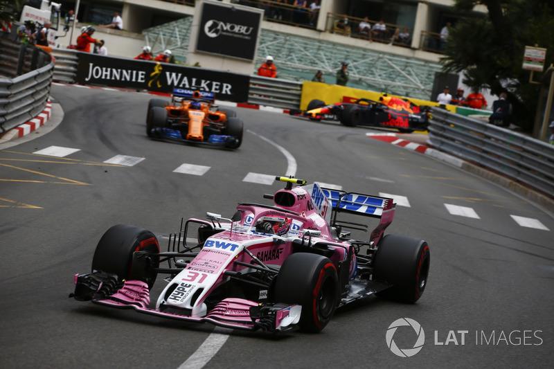 Esteban Ocon, Force India VJM11, delante de Fernando Alonso, McLaren MCL33