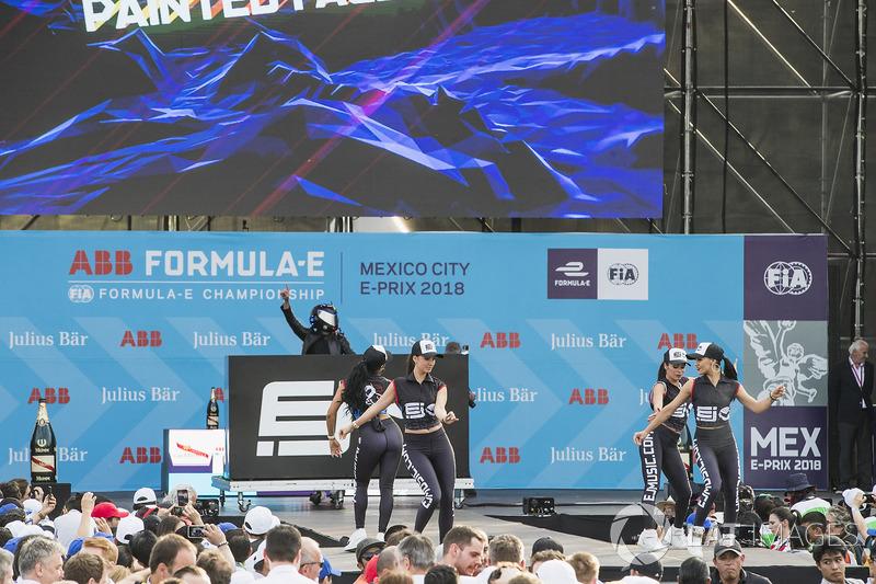 Bailarinas en el podio