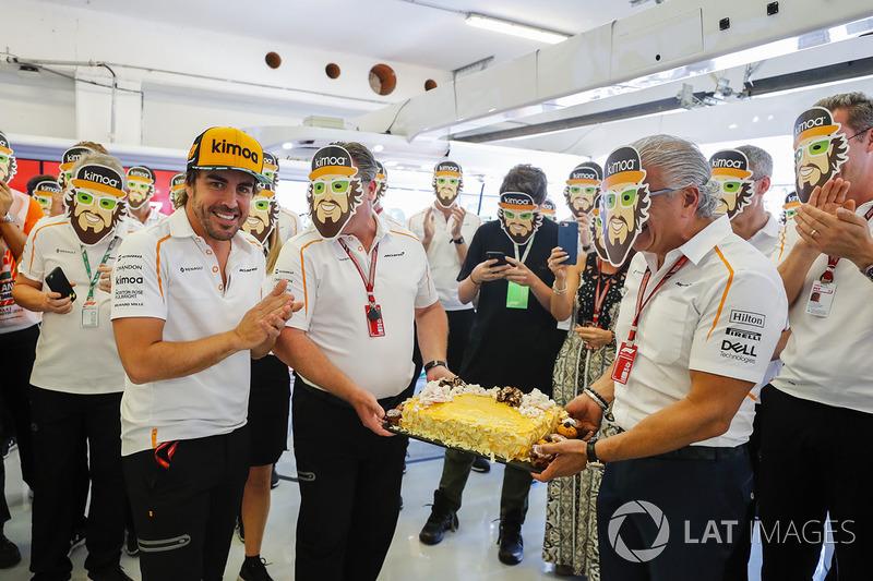 McLaren regala una tarta a Fernando Alonso por su cumpleaños