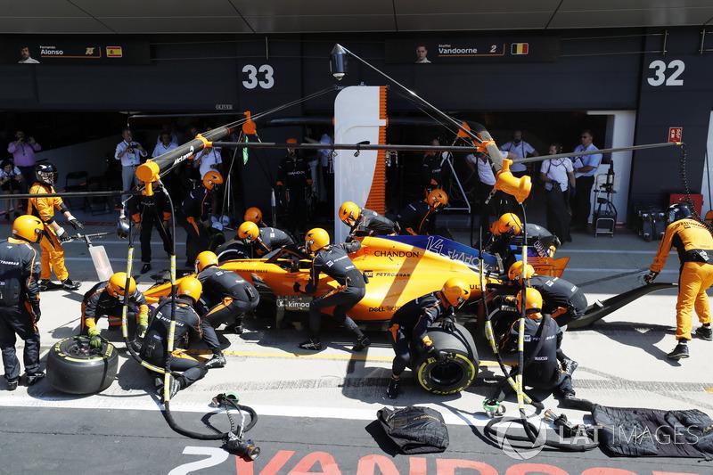 Fernando Alonso, McLaren MCL33, s'arrête aux stands