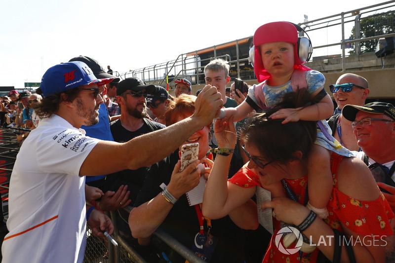 Fernando Alonso, McLaren, signe des autographes pour les fans