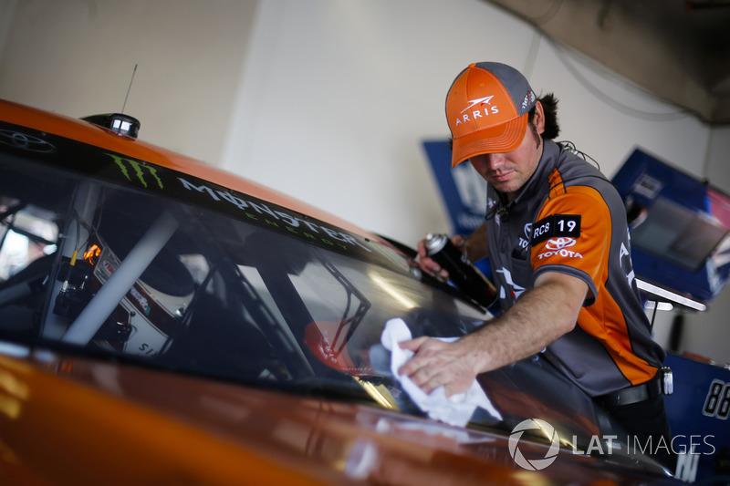 Daniel Suarez, Joe Gibbs Racing Toyota crew