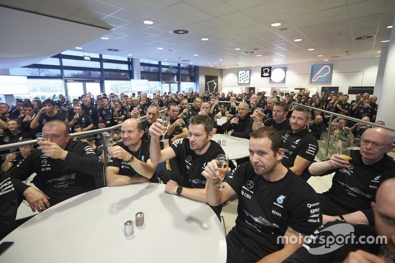 Сотрудники команды Mercedes AMG F1