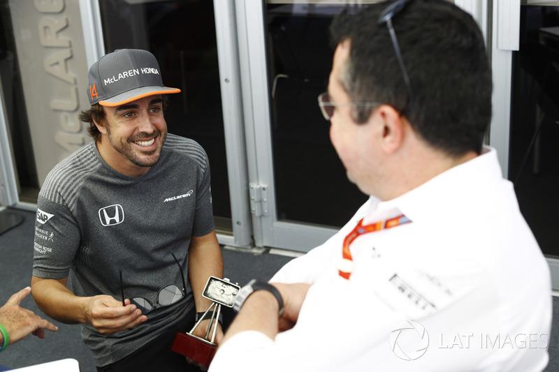 Fernando Alonso, McLaren, habla con Eric Boullier, Director deportivo, McLaren, después de recibir un premio