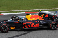Daniel Ricciardo, Red Bull Racing RB13 battles, Valtteri Bottas, Mercedes-Benz F1 W08