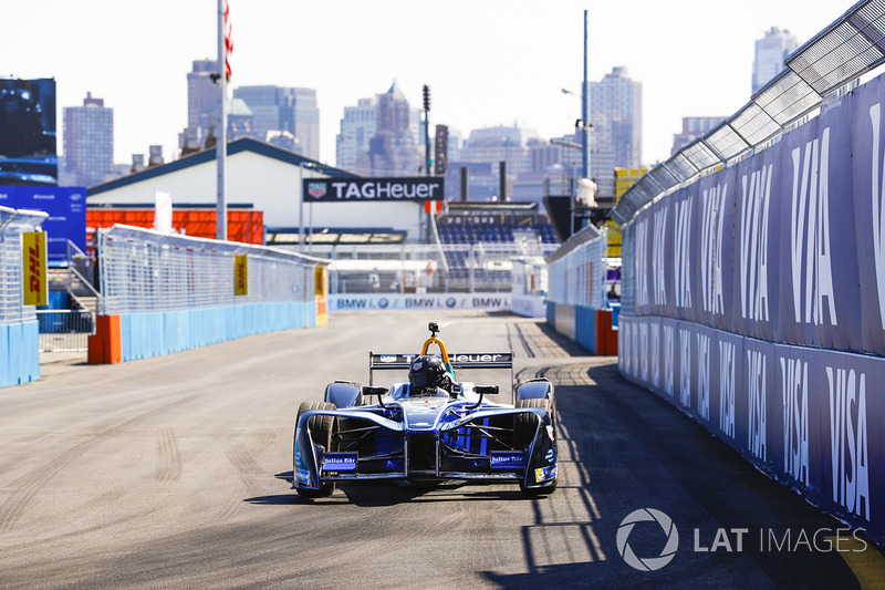 Chris Hemsworth conduce el Formula E car