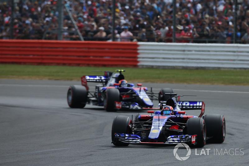 Пилоты Toro Rosso столкнулись на первом круге. В аварии они обвиняли друг друга, но штраф получил Даниил Квят