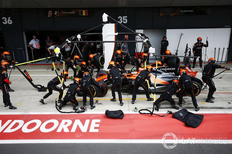 Stoffel Vandoorne, McLaren MCL32, pit stop