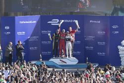 Podio: ganador de la carrera Lucas di Grassi, Audi Sport Team Abt, segundo lugar Jean-Eric Vergne, Techeeta y tercer lugar  Sam Bird, Virgin Racing