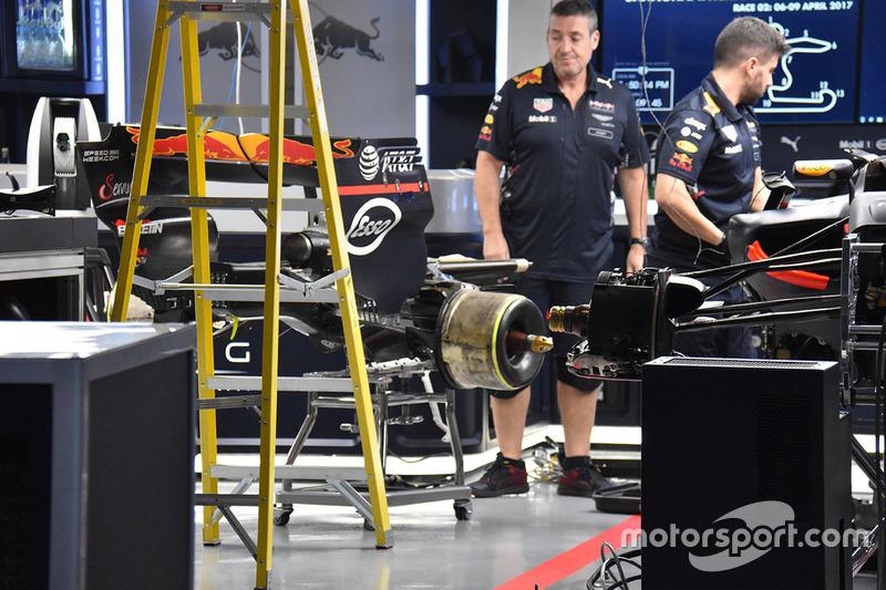 Red Bull mechanics at work on Max Verstappen, Red Bull Racing RB13