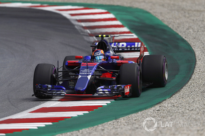 Карлос Сайнс-молодший, Scuderia Toro Rosso STR12, на виході зі заносу
