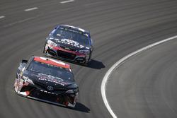 Matt Kenseth, Joe Gibbs Racing, Toyota; Kasey Kahne, Hendrick Motorsports, Chevrolet