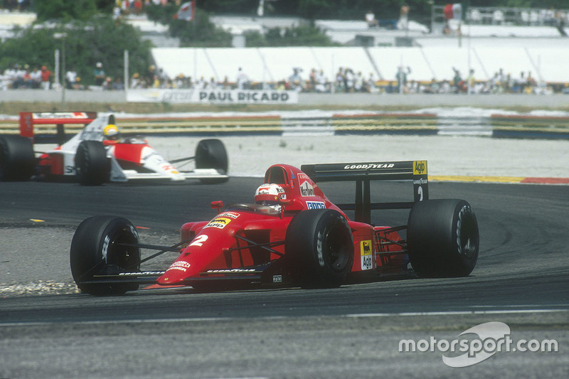 Nigel Mansell, Ferrari 641 followed by Ayrton Senna, McLaren MP4/5B Honda