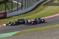 Romain Grosjean, Haas F1 Team VF-17 and Pierre Gasly, Scuderia Toro Rosso STR12 battle