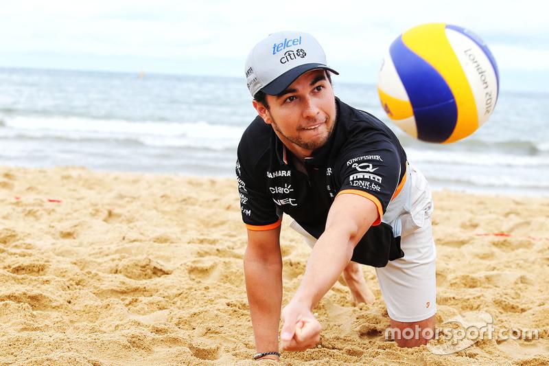 Sergio Pérez, Sahara Force India F1 juega al voleibol en la playa de Brighton