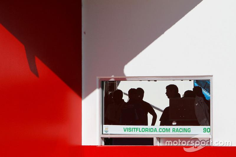 Geraje del #90 VisitFlorida.com Racing Multimatic Riley LMP2: Marc Goossens, Renger van der Zande, R