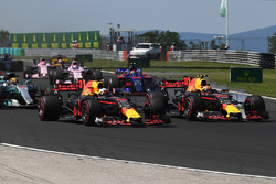 Daniel Ricciardo, Red Bull Racing RB13 und Max Verstappen, Red Bull Racing RB13, beim Start