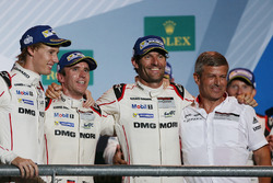 Podio: ganadores de la carrera Timo Bernhard, Mark Webber, Brendon Hartley, Fritz Enzinger, Vice Pre