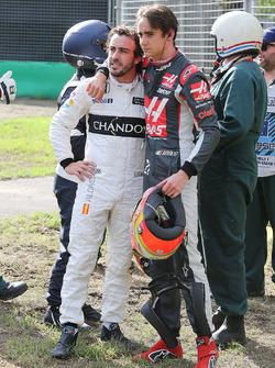 Fernando Alonso, McLaren con Esteban Gutiérrez, Haas F1 Team después del accidente