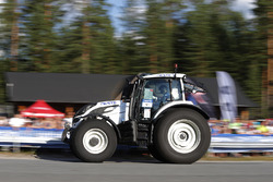 Eric Camilli, M-Sport Ford Fiesta WRC con un tractor de competencia