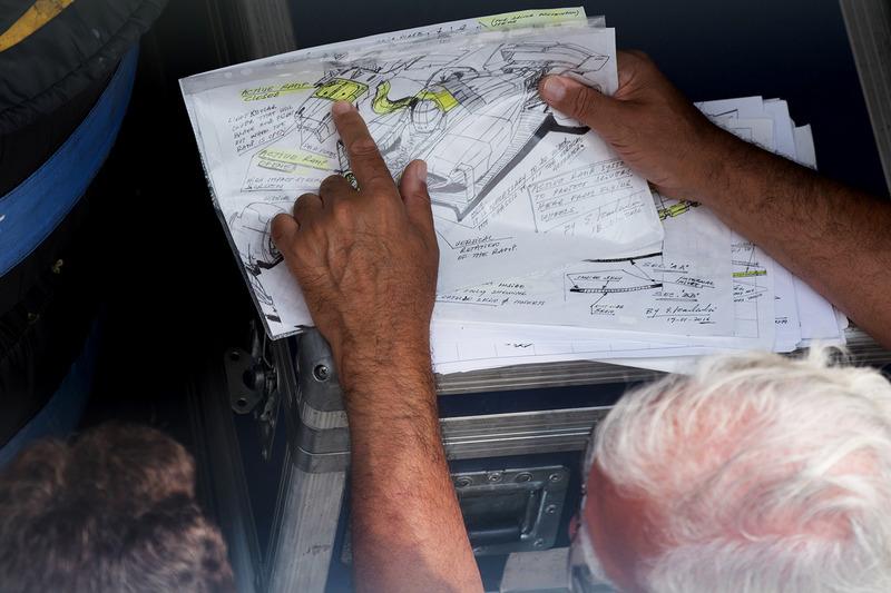 Энрике Скалаброни показывает Кристиану Хорнеру, Red Bull Racing рисунки с принципом работы активной системы защиты кокпита.