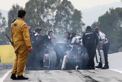 Jenson Button, McLaren MP4-31 stopt aan het einde van de pitstraat