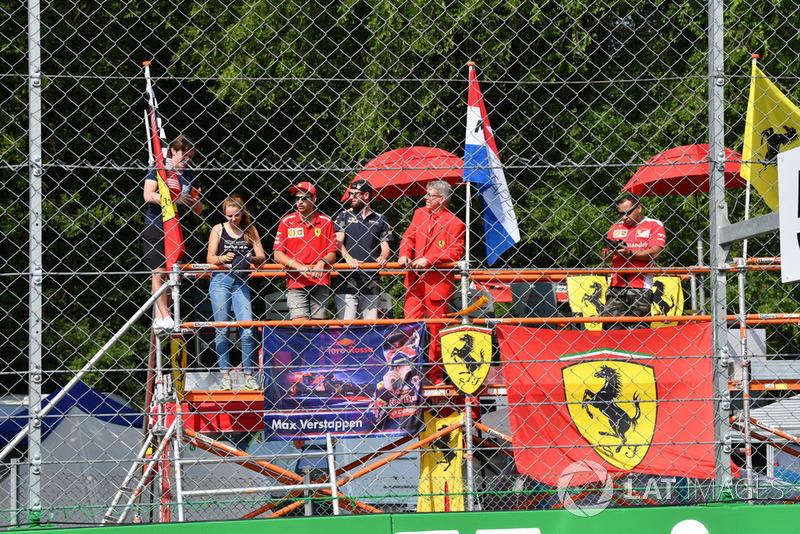 Des fans de Ferrari et des drapeaux