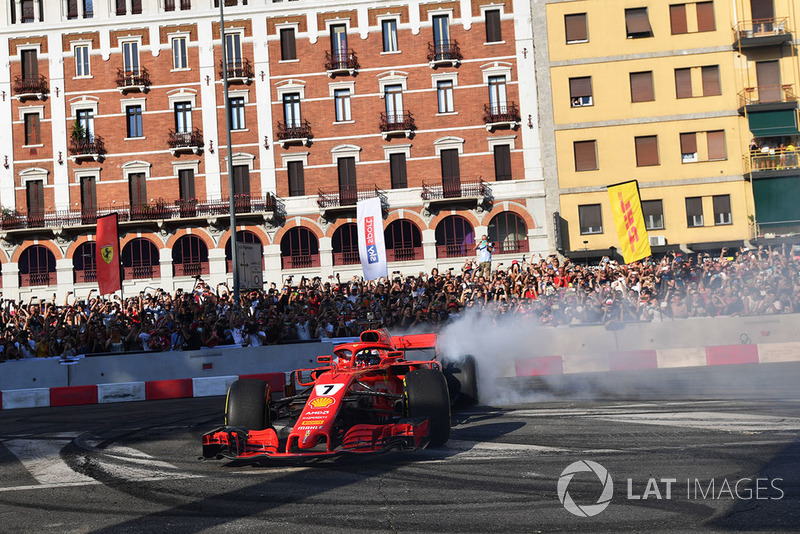 Kimi Raikkonen, Ferrari, esegue un burn out