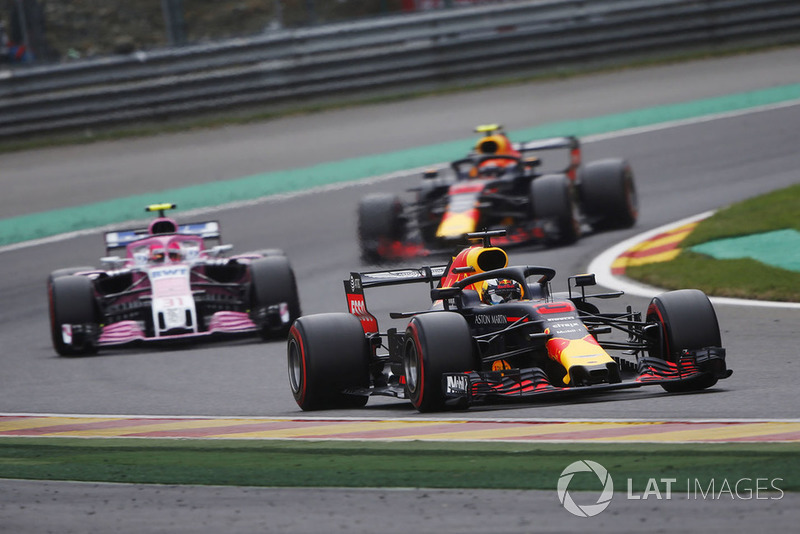 Daniel Ricciardo, Red Bull Racing RB14, devant Esteban Ocon, Racing Point Force India VJM1, et Max Verstappen, Red Bull Racing RB14