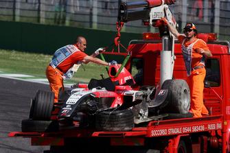 La monoposto di Christijan Albers, MF1 Racing, dopo il capottamento
