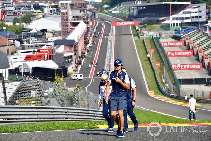 Lance Stroll, Williams Racing, cammina lungo il circuito
