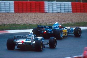 Michael Schumacher, Benetton B195, devant Damon Hill, Williams FW17B