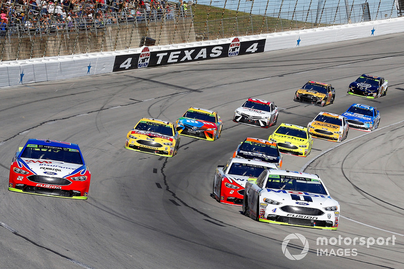 Kevin Harvick, Stewart-Haas Racing, Ford Fusion Mobil 1 and Joey Logano, Team Penske, Ford Fusion AAA Insurance