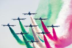 El equipo acrobático italiano de la fuerza aérea en la exhibición, Frecce tricolor a bordo de los aviones Aermacchi MB-339 PAN