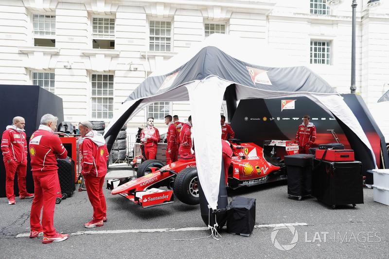 Persiapan di tenda tim Ferrari
