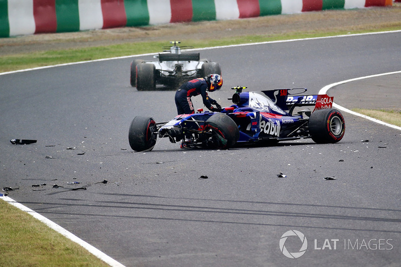 Carlos Sainz Jr., Scuderia Toro Rosso STR12 crashes