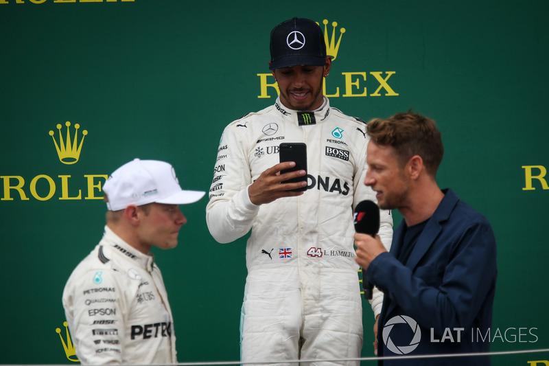 Valtteri Bottas y Mercedes AMG F1, Lewis Hamilton, Mercedes AMG F1, Jenson Button, McLaren en el podio