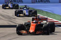 Stoffel Vandoorne, McLaren MCL32, Marcus Ericsson, Sauber C36 and Pascal Wehrlein, Sauber C36