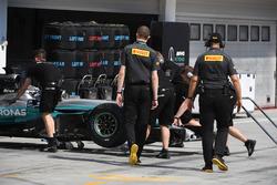 Valtteri Bottas, Mercedes-Benz F1 W08 and Pirelli engineers