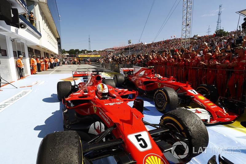 Переможець гонки Себастьян Феттель, Ferrari SF70H, друге місце Кімі Райкконен, Ferrari SF70H, у закр