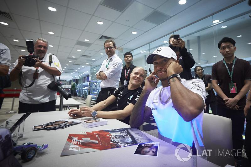 Lewis Hamilton, Mercedes AMG F1, Valtteri Bottas, Mercedes AMG F1, geben Autogramme