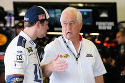 Brad Keselowski, Equipo Penske Ford, habla con el propietario del equipo Roger Penske en la zona de garaje